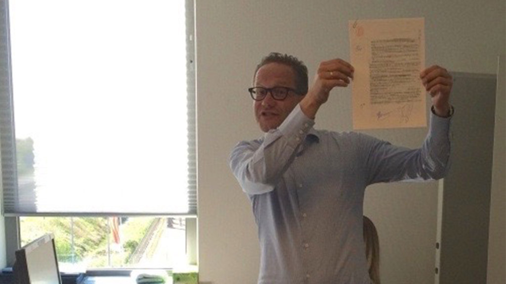 Jan-Jaap tekent 15.000e akte